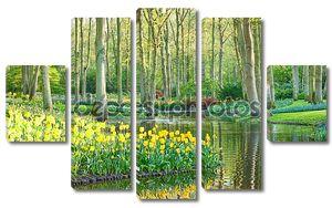 живописный Весенний сад с тюльпанами и воды