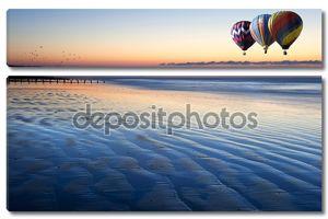 Воздушные шары над красивые отлива пляже оживленного восход
