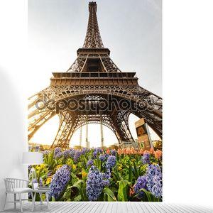 Знаменитой Эйфелевой башни в Париже