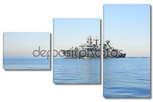 серый современный военный корабль, парусник в стоячей воде