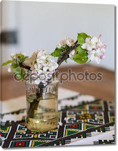 Яблоневые цветы в вазе