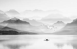 Глубокое озеро в горах