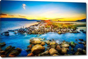 Красивые летние закат над скалистого берега моря. HDR ima