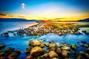 Скалистый берег у моря