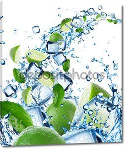 Свежие лимоны в плеск воды с кубиками льда