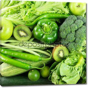 Зеленые овощи и фрукты фоном