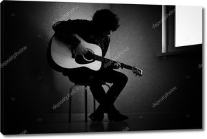 человек, играющий на гитаре