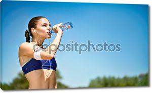 Женщина питьевой воды после спортивных мероприятий
