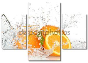 плоды апельсина и плещущаяся вода