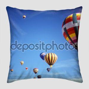 Воздушные шары летят по небу