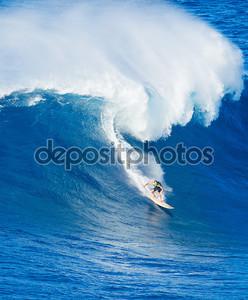 Серфингист на волне