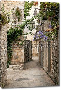 Старый город Будва мощеной улице в Черногории