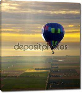 Воздушный шар с красивый закат небо