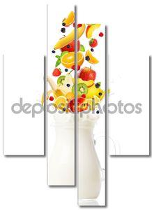 Свежие фрукты, впадая в кувшин с молоком