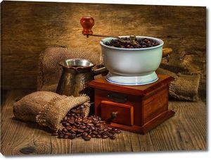 Кофемолка рядом с мешком кофейных зерен
