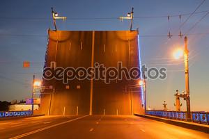 Диапазон дворец мост closeup летняя ночь. Санкт Петербург, Россия