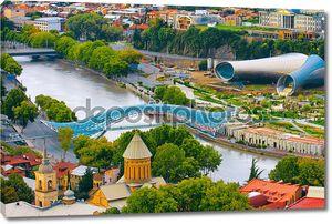 Красивый вид на реку Куру и мост мира в Тбилиси