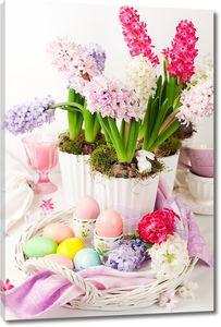 Прекрасные цветы рядом с разноцветными яйцами