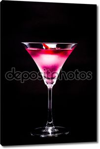 Космополитичный коктейль с розой в верхней части черный фон