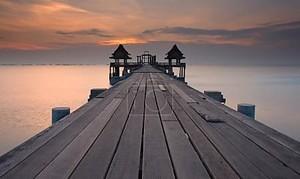 старый деревянный мост и море