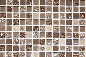 Каменный пол отделан разнообразной геометрической плиткой: синей, красной, белой, черной. Абстрактный геометрический хаотический шаблон