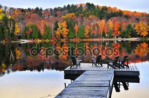 Деревянный причал на Осеннее озеро