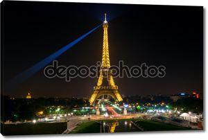 Эйфелева башня ночью в Париже