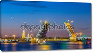 Развод Дворцового моста в Санкт-Петербурге во время белых ночей