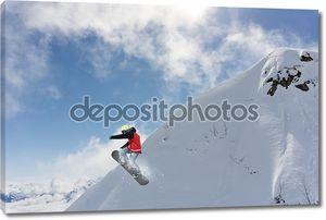 Заснеженные горы и сноубордист
