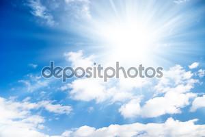Голубое небо с ярким солнцем.