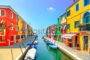 Достопримечательность Венеции, канал Остров Бурано, красочные дома и лодки
