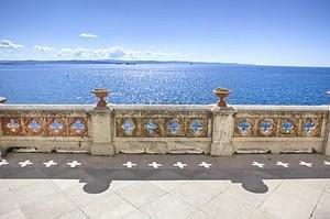 Балкон с видом на море в Триесте замок Мирамаре