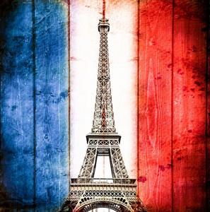 Эйфелева башня на фоне флага Франции