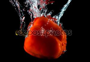 Красный перец в воде