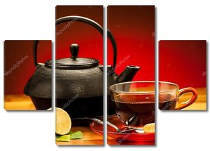 чашка черного чая с чайником в фоновом режиме
