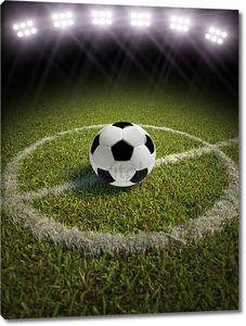 Футбольный мяч в центре поля