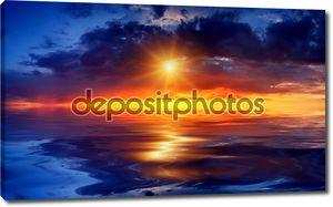 красивый закат над морем с отражением в воде