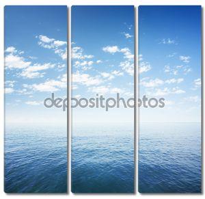 Голубое небо над поверхностью воды моря или океана