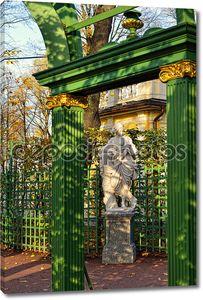 Арки и мраморная статуя. Летний сад.