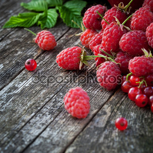 росыпь малины на столе