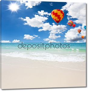Красочные воздушные шары на море с голубое небо