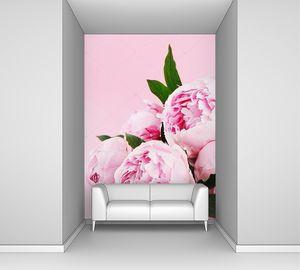 Розовые пионы на пастельном фоне