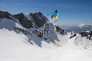 Зимний заезд сноубордиста