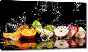 Груши, яблоки, оранжевые фрукты и разбрызгивать воду
