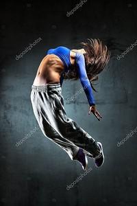 молодой женщина - танцор, подскакивающий