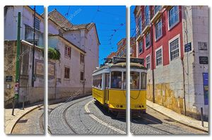 Исторический желтый трамвай в старом городе Лиссабоне, Португалия