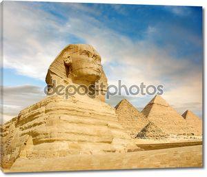 известны Сфинкс и Великая пирамиды под интересные вечерние облака, Каир, Египет