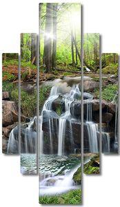 Водопад по лесному склону