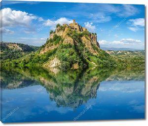 Старинный замок на скале с озером
