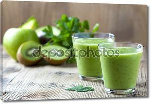здоровый зеленый коктейль на деревянный стол
